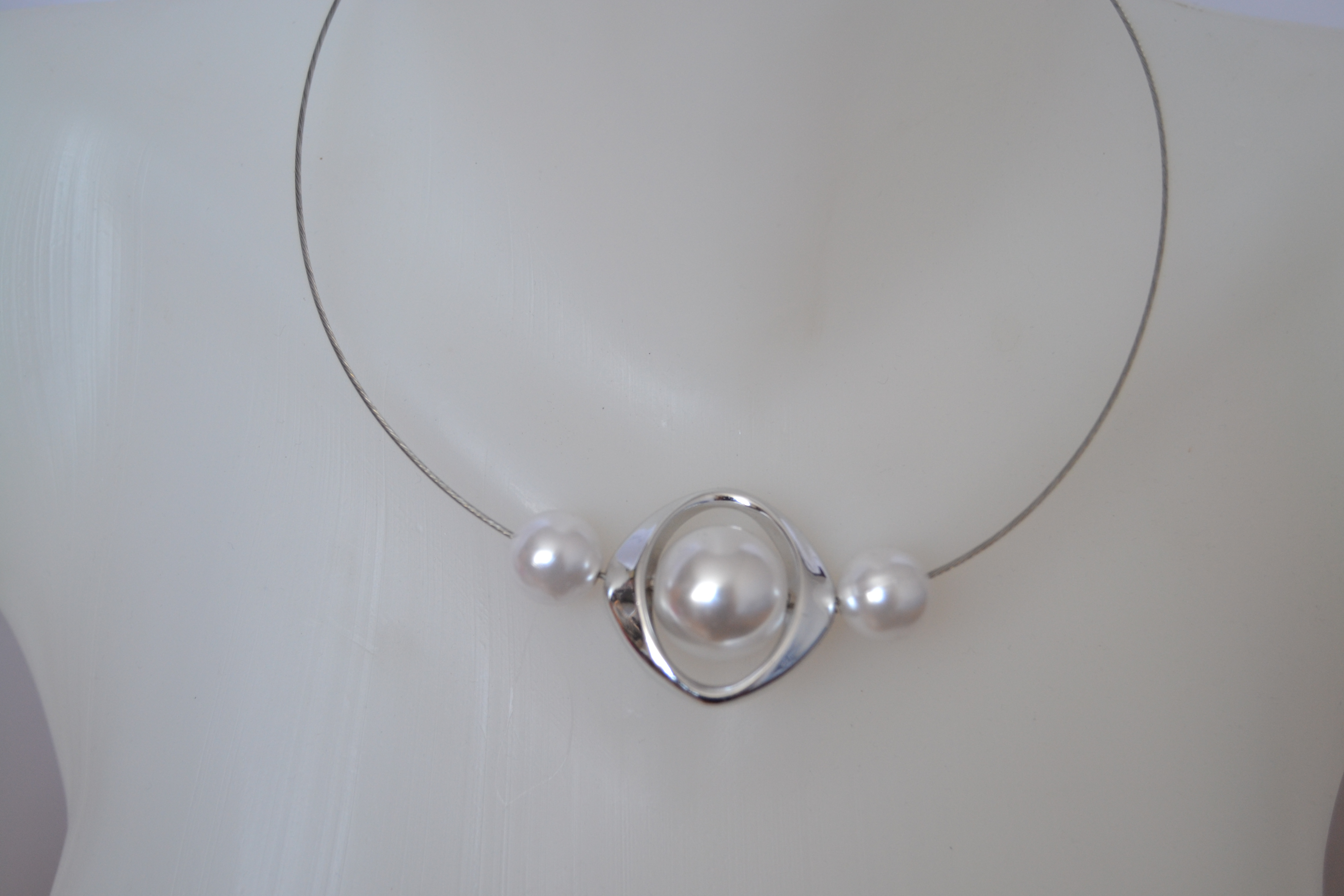 88392afaa Náhrdelník obruč s bílými perlami | šperkovnice Jana